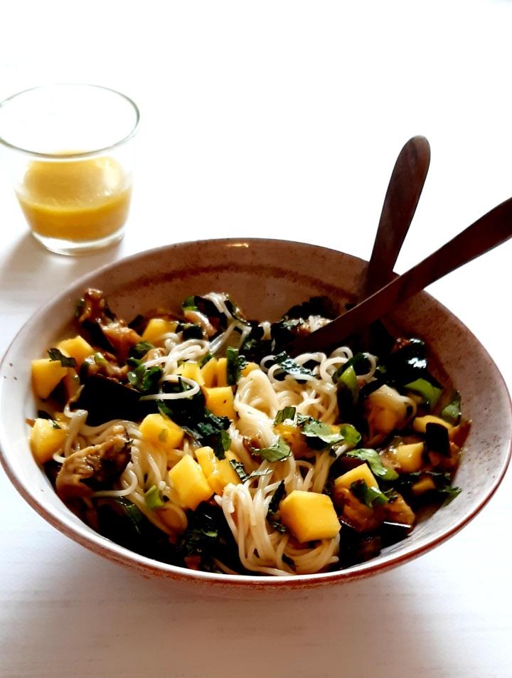Salade de nouilles japonaises, aubergines grillées etmangue