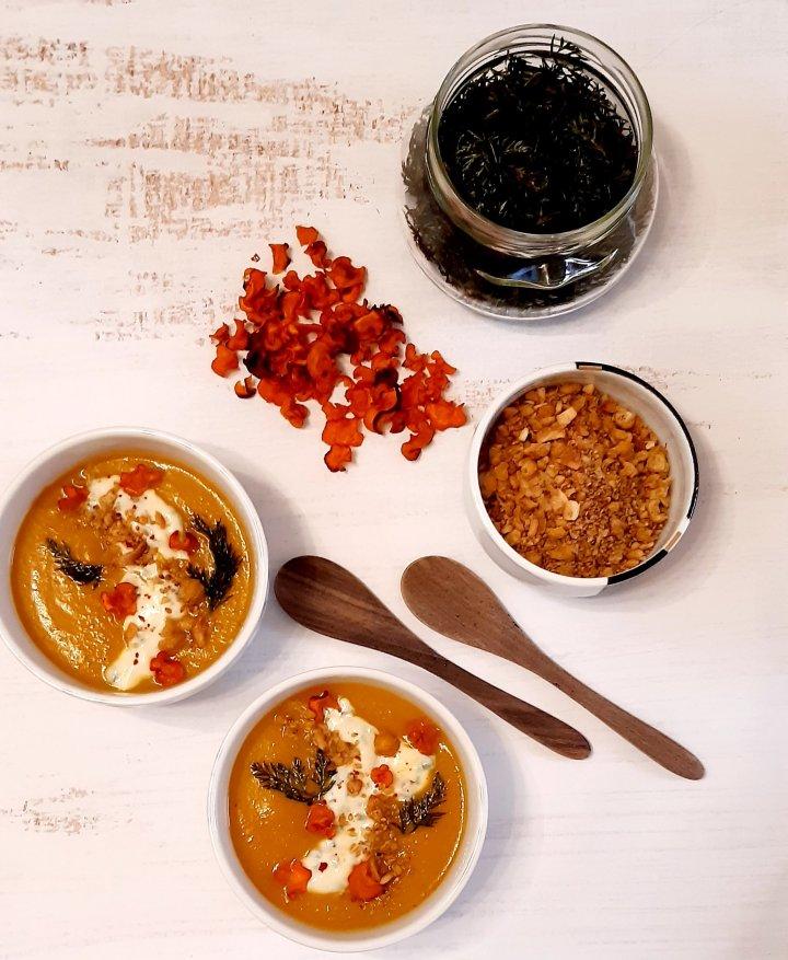 Soupe de carottes rôties et dukkah aux poischiches