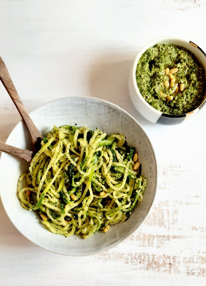 Spaghetti de courgettes , pesto kale &pignons