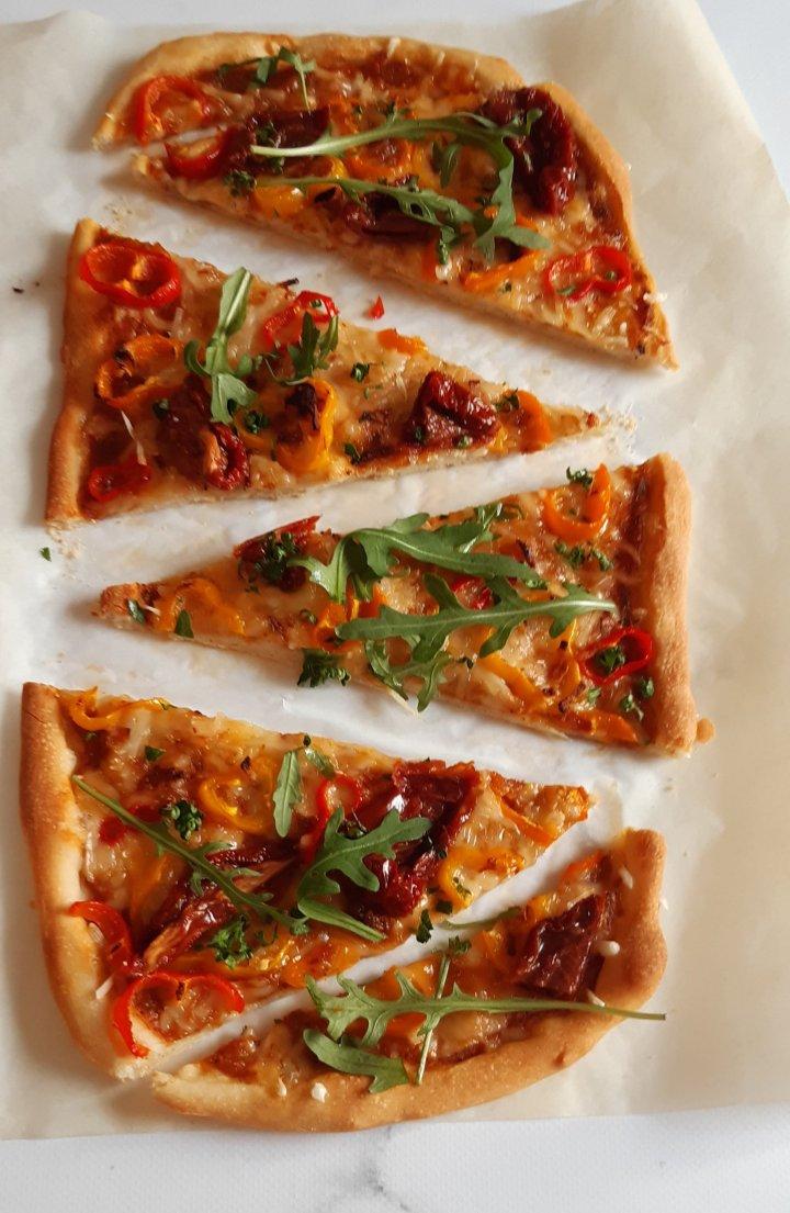 Pizza aux tomates confites &poivrons