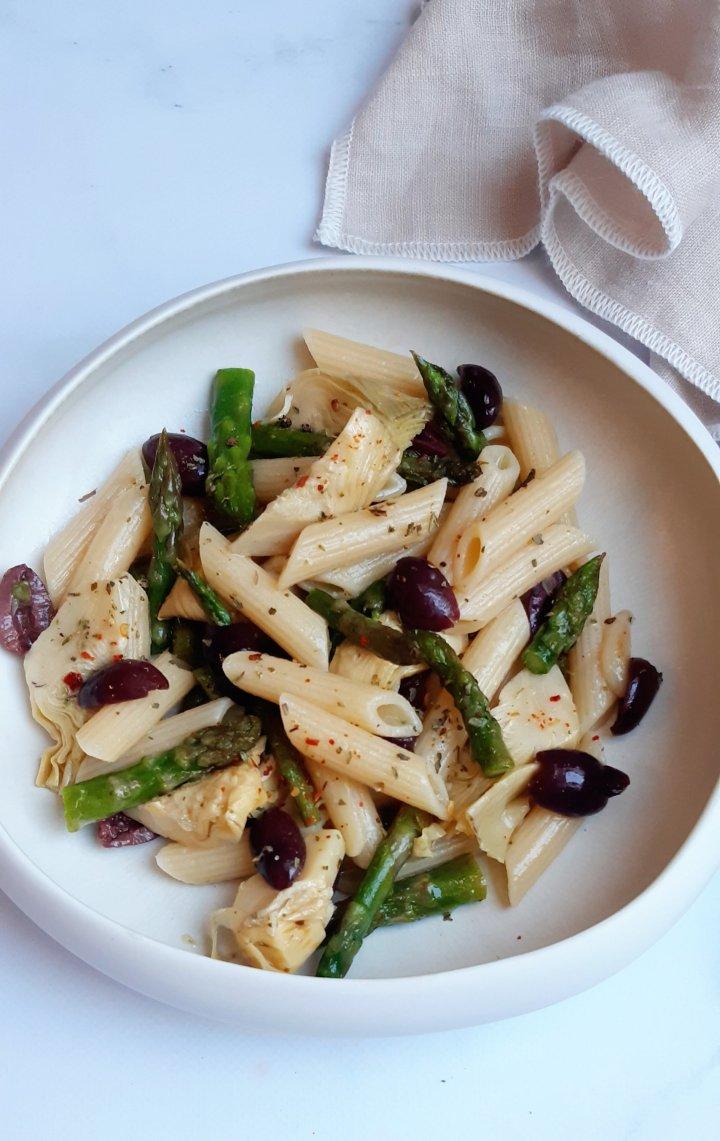 Salade de pâtes, artichauds , olives etasperges